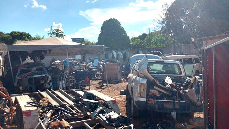 Ação conjunta leva a local de desmanche de carros e duas prisões em Barra do Garças