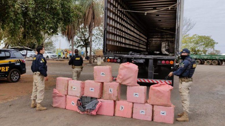 PRF apreende quase meia tonelada de cocaína em fundo falso de caminhão em MT
