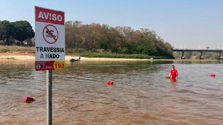 Defesa Civil e Corpo de Bombeiros de Barra do Garças instalam placas de sinalização para segurança nos rios